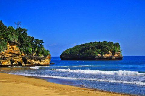 Wisata ke Pantai Bajul Mati Bersama Travel Juanda Malang